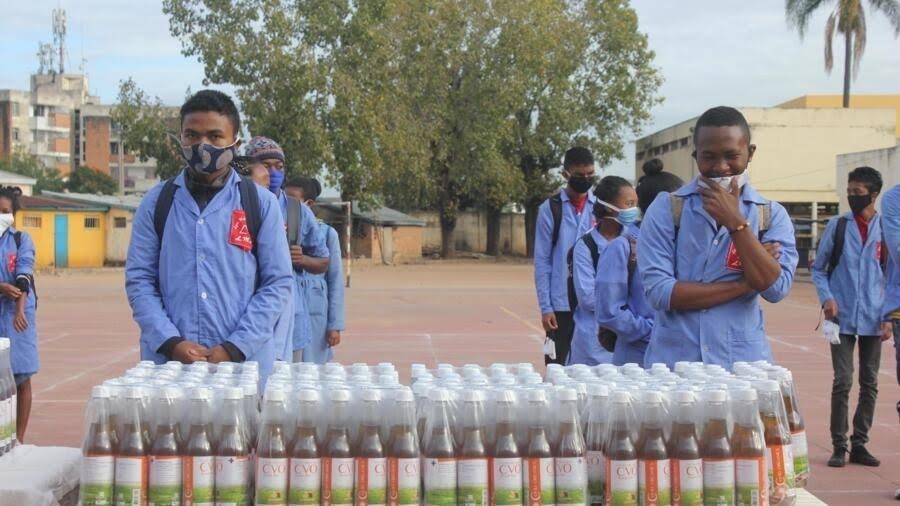 Les autorités distribuent du Covid-Organics aux élèves qui ont repris les cours. D'après la présidence malgache, ce remède prévient et guérit du Covid-19.